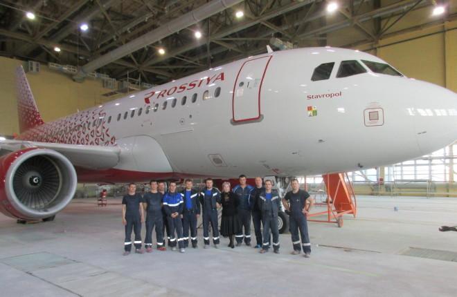 """Специалисты покрасочной команды холдинга """"Инжиниринг"""" на фоне самолета Airbus A319 авиакомпании """"Россия"""""""