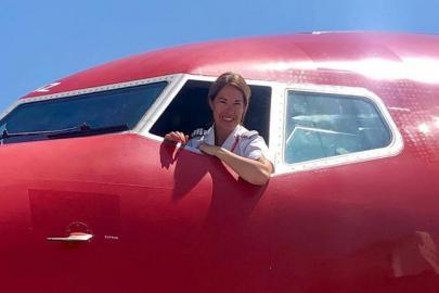 женщина-пилот в самолете 737 авиакомпании Norwegian