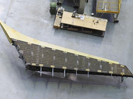 На киль для самолета МС-21 установили носовую часть