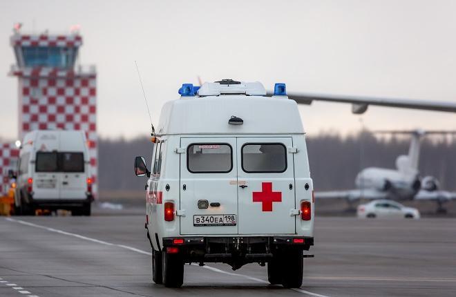 Машины медицинской помощи в аэропорту Пулково