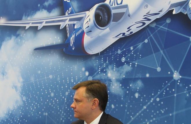 Генеральный директор ОАК Юрий Слюсарь и самолет МС-21