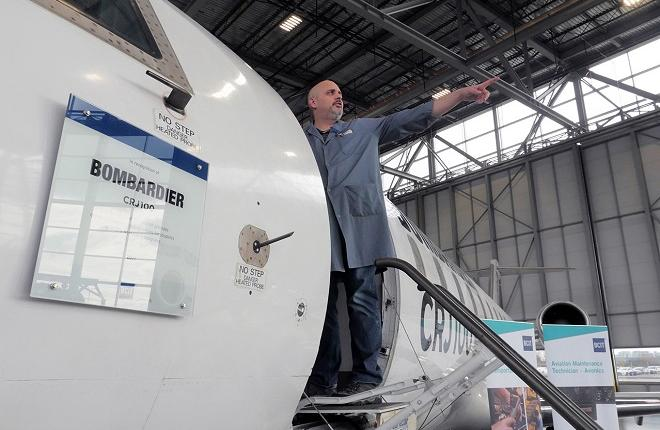 Самолет Bombardier CRJ100