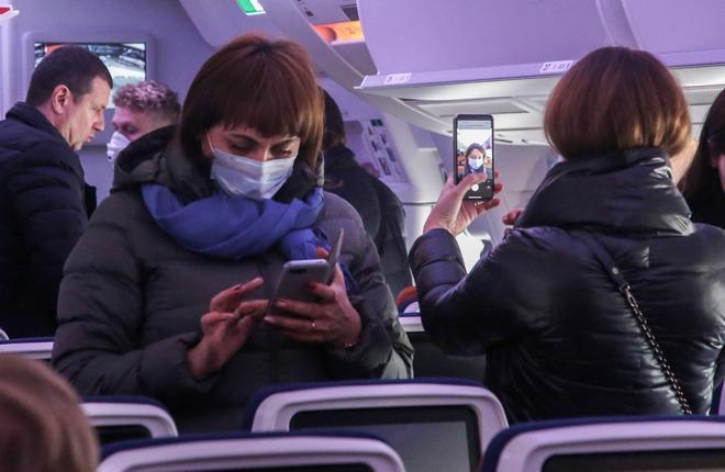 Люди в масках на борту самолета Airbus A350