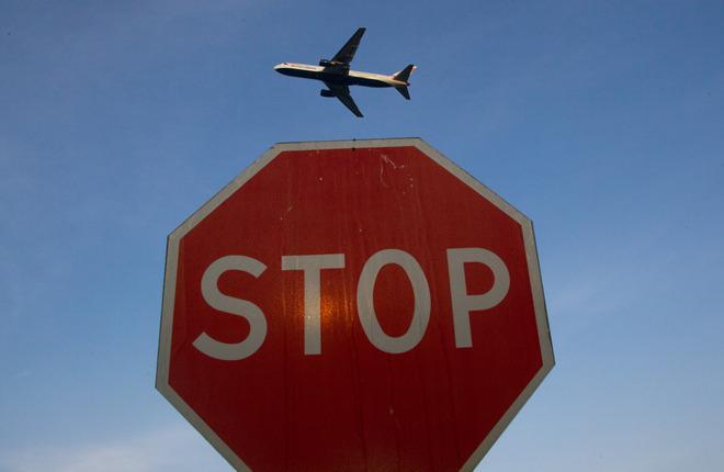 Самолет и знак STOP