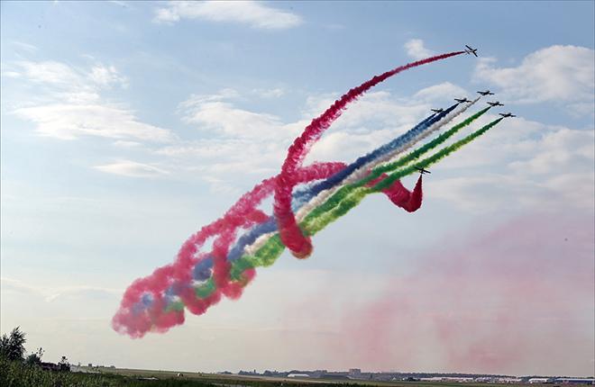 Красочное выступление дебютантов МАКС-2017 -- пилотажной группы Fursan Al Emarat из ОАЭ :: Марина Лысцева