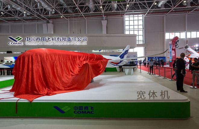 Одно из главных событий открывшегося на этой неделе авиасалоне в Чжухае — презентация макета российско-китайского широкофюзеляжного самолета
