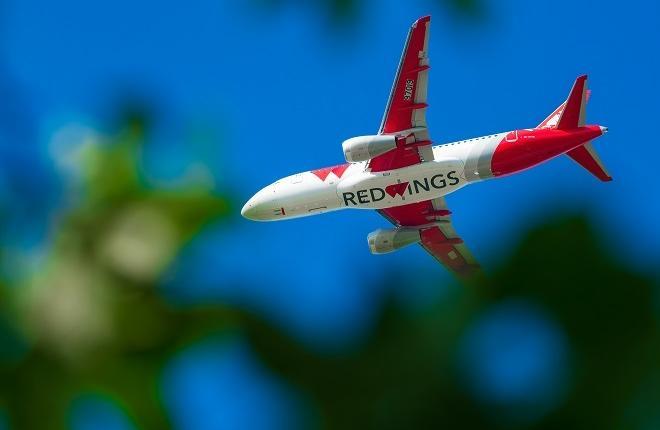 Самолет Superjet 100 для авиакомпании Red Wings в небе Жуковского