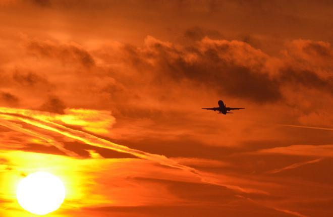 Самолет Superjet 100 в небе над Шереметьево