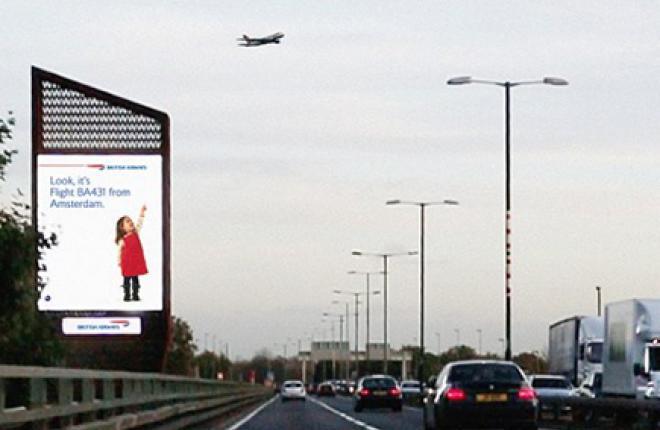 Дети на рекламных щитах British Airways узнают пролетающие над ними самолеты
