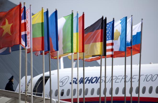 Флаги мира на фоне самолета SSJ 100