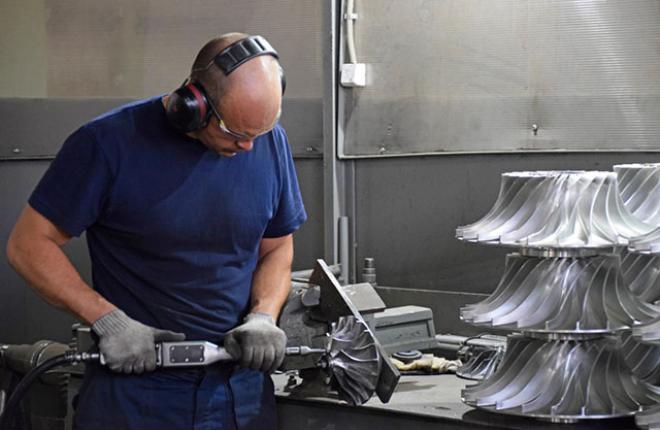 Специалист СКБТ зачищает межлопаточный канал на литом диске компрессора :: S7 Technics
