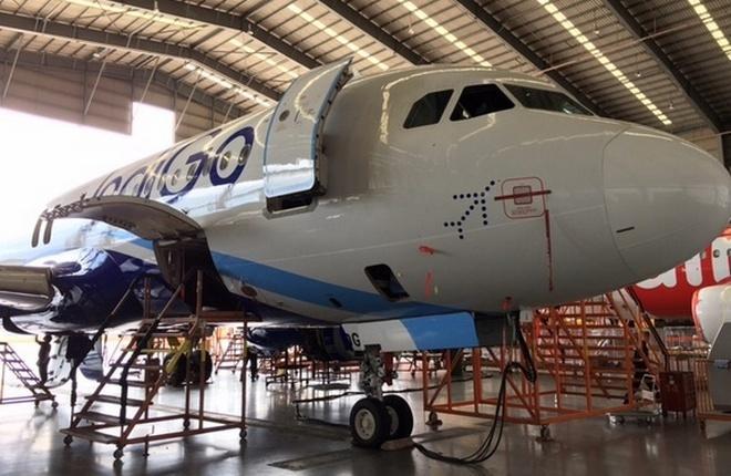 Самолет A320 IndiGo в ангаре SAE