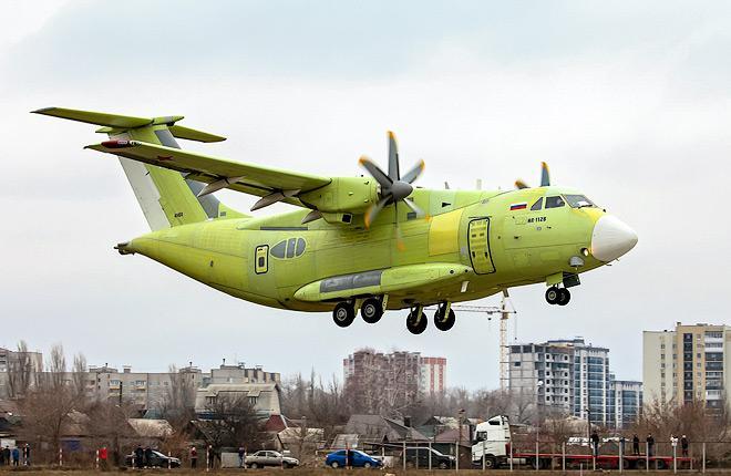 Перспективный военно-транспортный самолет Ил-112В в ходе первого полета