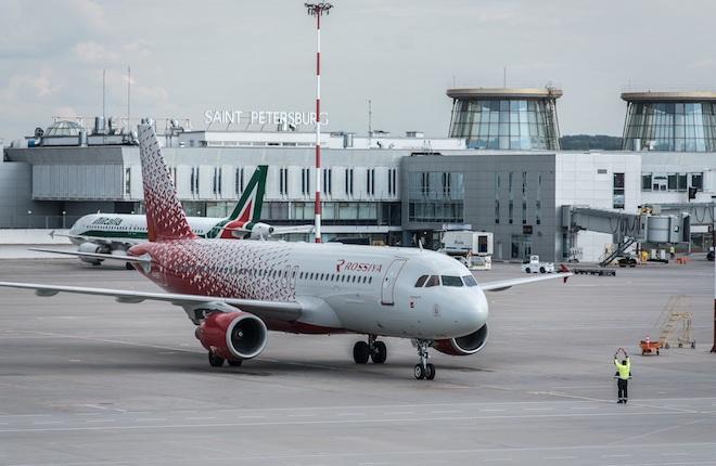 Самолет Airbus A320 в аэропорту Пулково