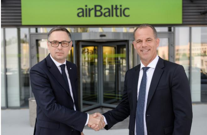 Исполнительный директор airBaltic Мартин Гаусс (справа) и директор Tez Tour Latvija Константин Пальгов