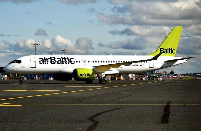 Самолет А220 airBaltic на рулежке