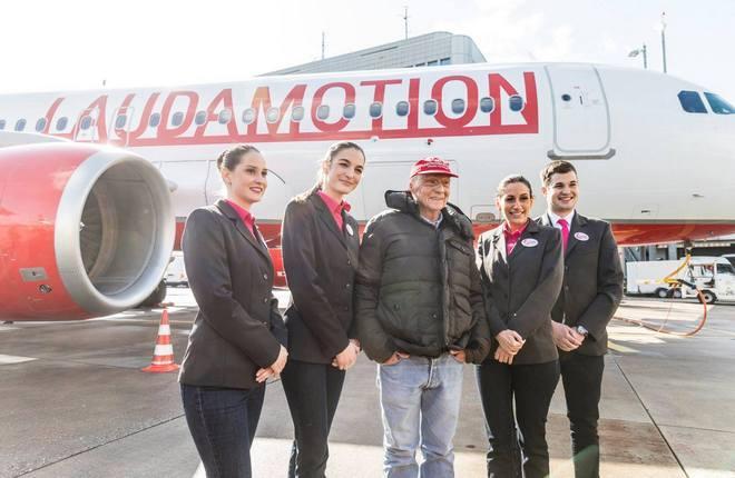 Ники Лауда с бортпроводниками авиакомпании Laudamotion