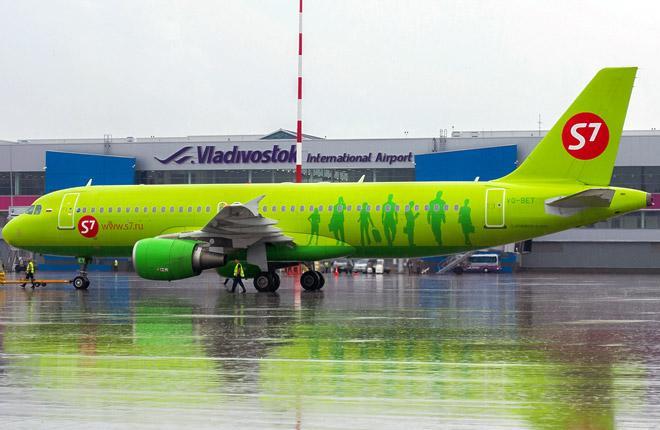 Самолет A320 перевозчика S7 Airlines в аэропорту Владивостока