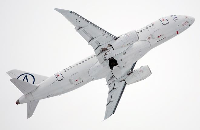 Самолет SSJ 100 с законцовками крыла
