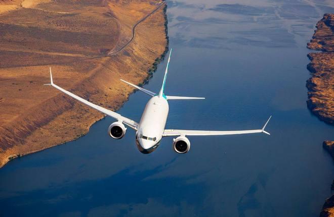 самолет Boeing 737  MAX в полете
