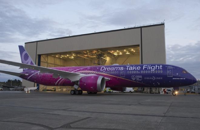 Самолет Boeing 787 в наклейках