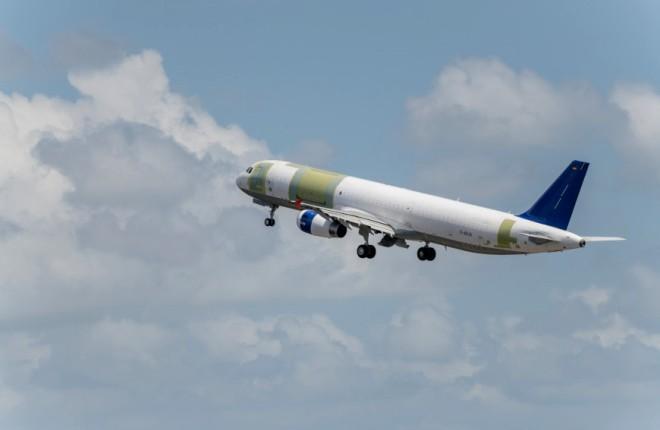 Грузовой самолет A321P2F в полете