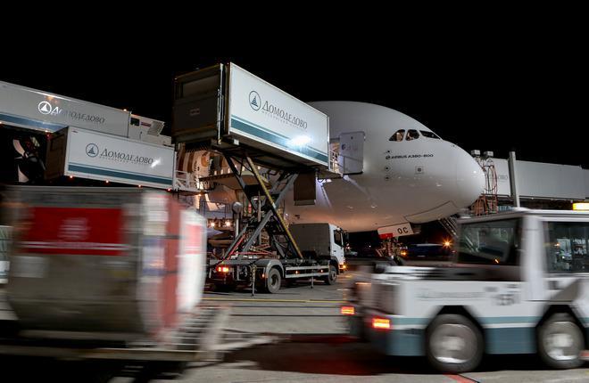 Наземное обслуживание самолета Airbus A380 авиакомпании Emirates в аэропорту Домодедово
