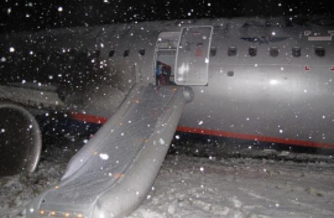 """Самолет Airbus A321 авиакомпании """"Аэрофлот"""", выкатившийся за пределы ВПП в аэропорту Храброво"""
