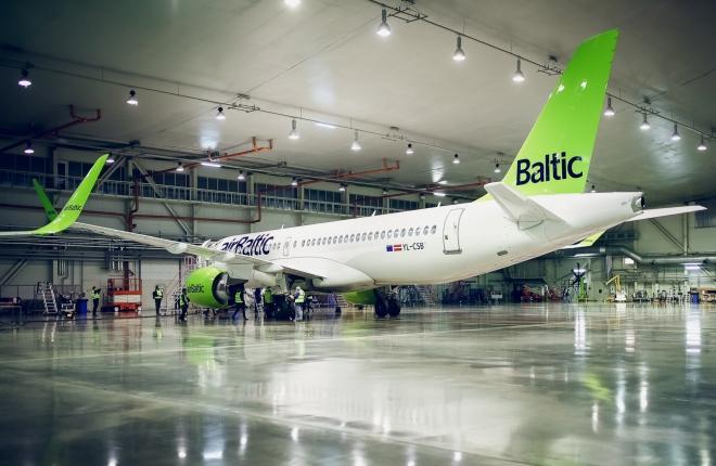 Самолет Airbus A220-300 авиакомпании airBaltic на техобслуживании
