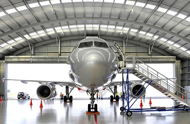 Самолет Airbus A320 в ангаре
