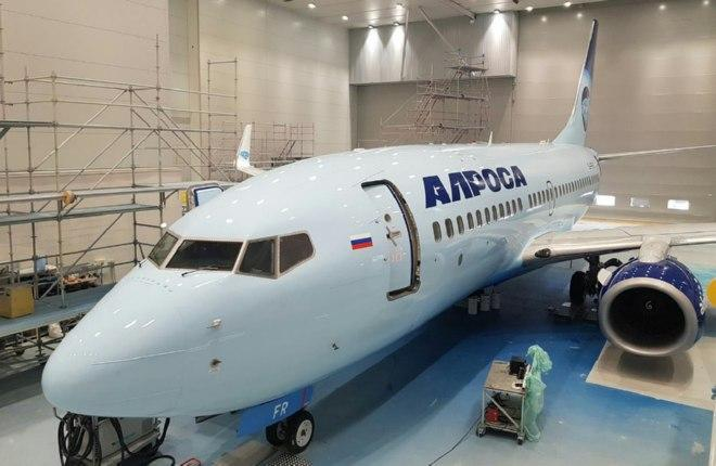 """Самолет Boeing 737-700 покрасили в ливрею авиакомпании """"Алроса"""""""