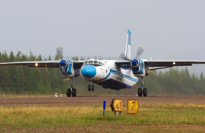 """Уникальность Ан-24/26 заключается в их приспособленности к суровым  условиям эксплуатации. Самолет Ан-26Б-100 авиакомпании """"КрасАвиа"""" в Ленске :: Кирилл Скурихин"""