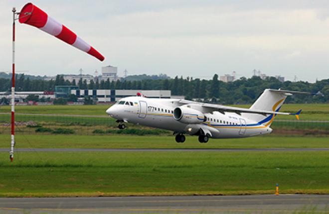 Самолет Ан-158 взлетает против ветра