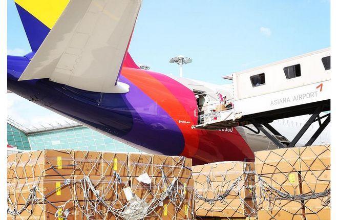 загрузка груза в самолет южнокорейской авиакомпании Asiana Airlines