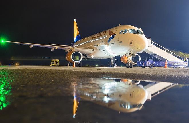 """Региональный самолет SSJ 100LR авиакомпании """"Азимут"""""""