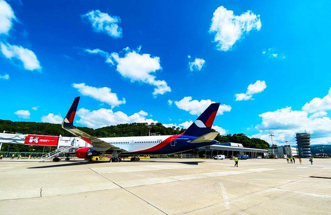 самолет авиакомпании Azur Air в аэропорту Сочи