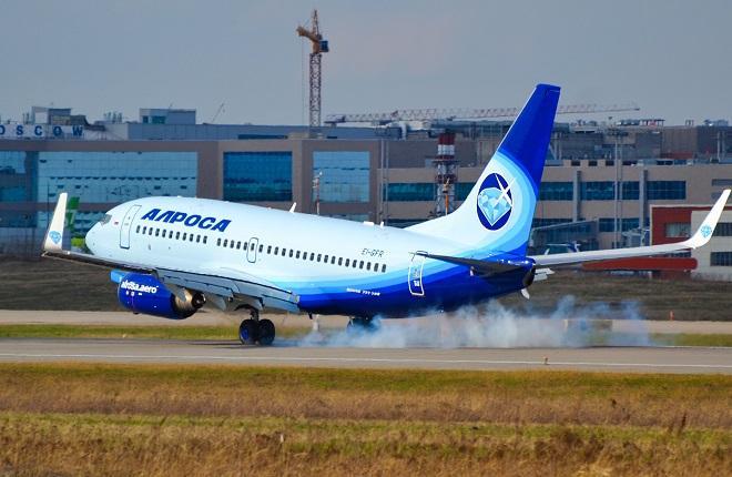 """Самолет B-737-700 авиакомпании """"Алроса"""" в Домодедово"""