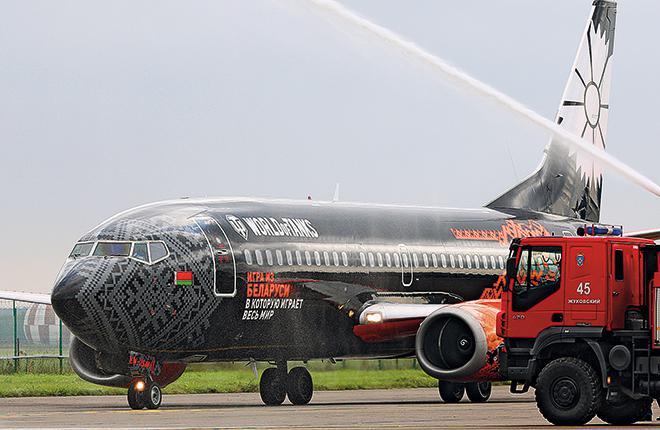 """Самолет Boeing 737 """"Белавиа"""" в аэропорту Жуковский"""
