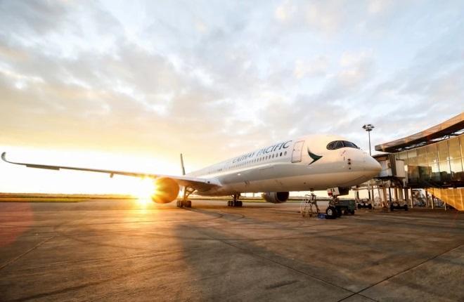 Самолет Cathay Pacific в аэропорту