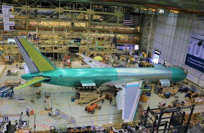самолет Boeing 767F на сборочной линии