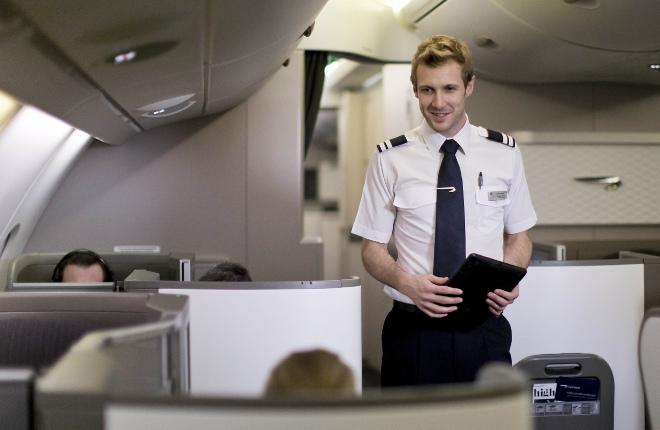 Пилот авиакомпании British Airways с планшетом
