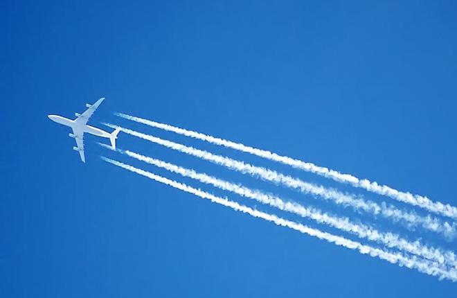 Четырехдвигательный самолет с конденсационным следом