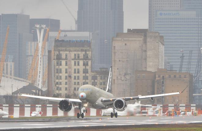 Посадка самолета Bombardier CS100 в аэропорту Лондон-Сити