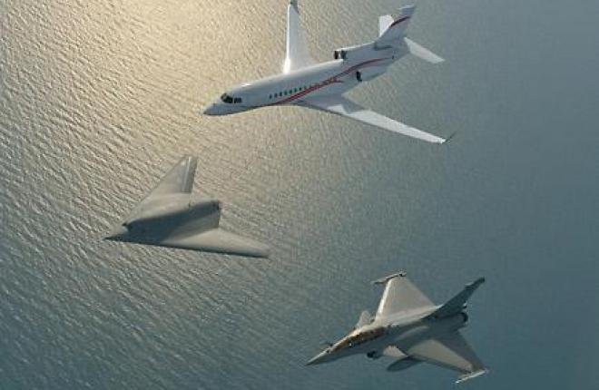 Впервые в мире: полет в строю делового самолета, БПЛА и истребителя :: Katsuhiko Tokunaga / Dassault Falcon