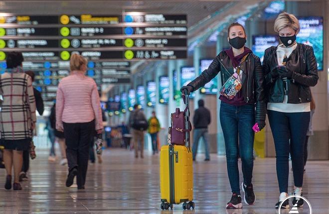 пассажиры в защитных масках в аэропорту Домодедово