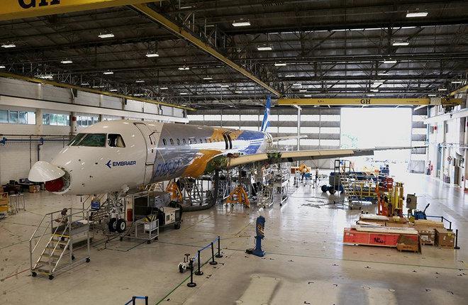 Первый прототип самолета Embraer E195-E2 на линии окончательной сборки