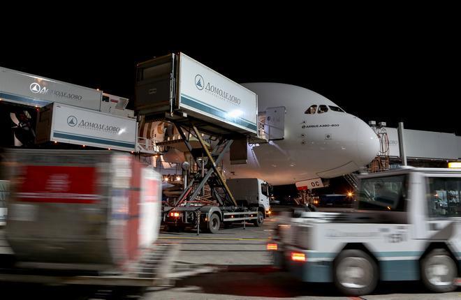 Самолет A380 авиакомпании Emirates в аэропорту Домодедово