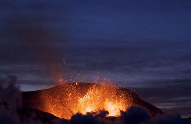 Из-за извержения в Исландии объявили максимальный уровень тревоги