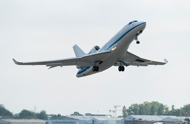 Бизнес-джет Dassault Falcon 8X Amjet Executive в полете
