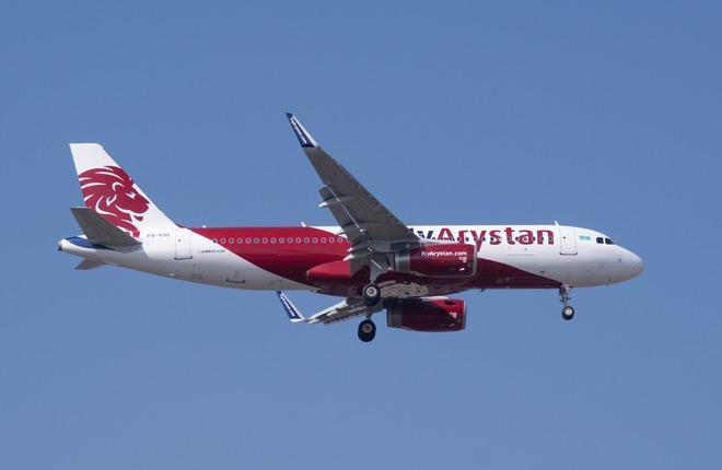 самолет A320 низкобюджетной авиакомпании FlyArystan
